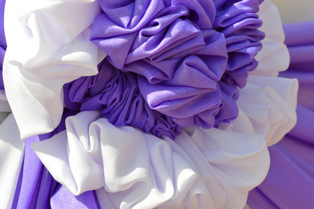 trabajo manual: arte y la técnica de la ropa se unen abajo y plisado en la ceremonia a cabo la decoración de trabajo hecho a mano