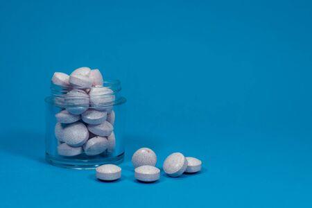 Dose of pills on blue background, healthcare, drug overdose concept 스톡 콘텐츠