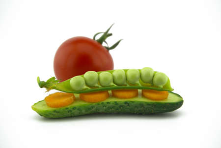 Healthy fresh vegetable sandwich over white with carrots, peas in a pod and cucumber balance on top of each other next to a red ripe tomato 版權商用圖片