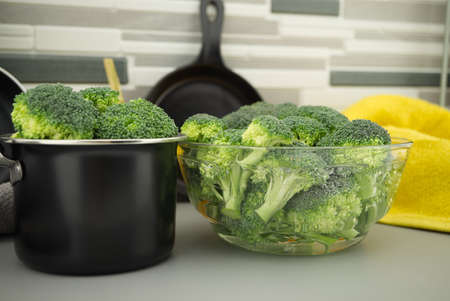 Prepare broccoli for eating on the kitchen table, broccoli florets soaked in a clear bow 스톡 콘텐츠