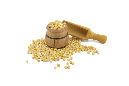 Dried peas spilling from a wooden barrel and wooden scoop isolated on a white background 스톡 콘텐츠
