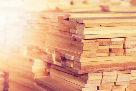 木の木材建設素材背景やテクスチャのクローズ アップ。製材所で木製のブランクのスタック。 写真素材