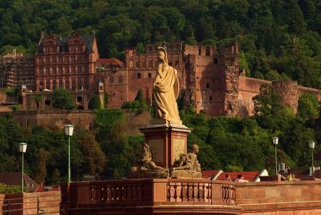 derecho romano: Estatua de Minerva en el Puente Viejo y el castillo de Heidelberg, Alemania