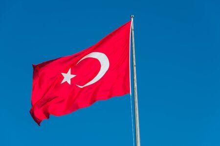 identidad cultural: Bandera nacional turca en azul-azul cielo, 2014 Foto de archivo