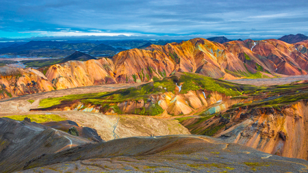 Belles montagnes volcaniques colorées Landmannalaugar en Islande, l'heure d'été Banque d'images - 86894448