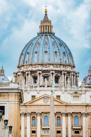 Basilica di San Pietro a Roma, Italia, vista drammatica della cupola