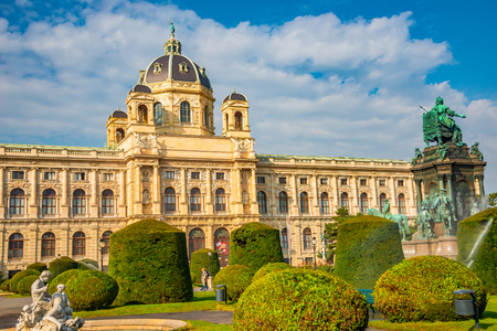 View at the museum of nature, science and history at Maria Theresa square during Autumn sunset in Vienna, Austria Banque d'images - 119170192