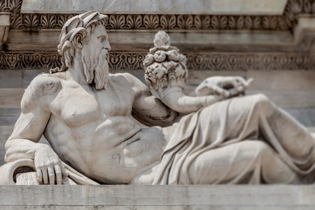 Sculpture of Neptune at Arch of Peace in Sempione Park, Milan, Italy Banque d'images - 119170251
