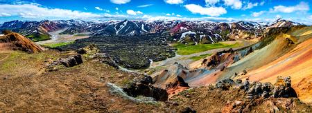 Piękne kolorowe wulkaniczne góry Landmannalaugar jako czysta dzicz na Islandii