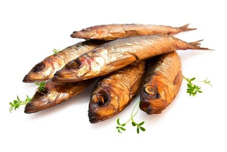 Sabrosos pescados ahumados aisladas sobre fondo blanco