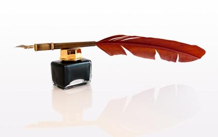 pluma de escribir antigua: Pluma pluma y tintero, aislado en blanco. Foto de archivo