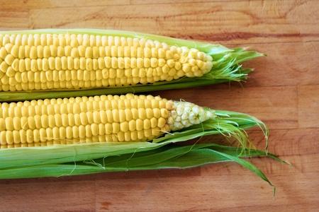 corn ear: mazorca de ma�z en el fondo de madera