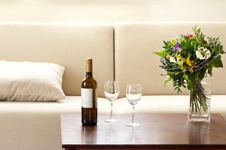 fles wijn en glazen in de woonkamer Stockfoto