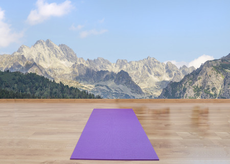 Yoga-Matte auf dem Holzboden Standard-Bild