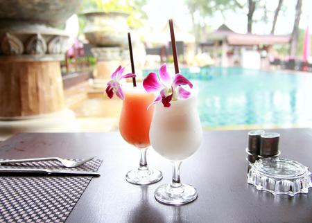Cocktails exotiques sur la table Banque d'images - 72760801