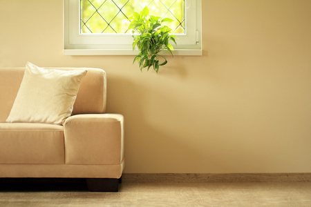 sofa under window Standard-Bild