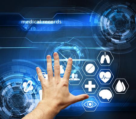 hand aanraken van futuristische interface met medische dossiers - medische gezondheidszorg concept