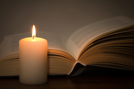 boek en brandende kaars