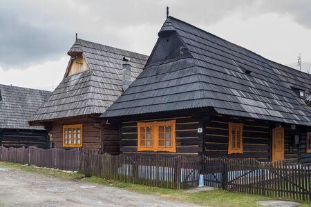 Rij van houten huizen in traditionele stijl met betegelde daken