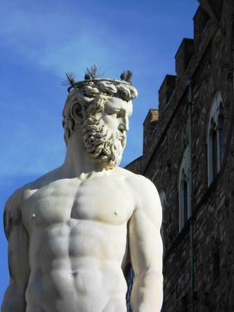 neptuno: estatua de mármol de Neptuno como parte de la fuente de Neptuno en la Piazza della Signoria en Florencia, Italia.