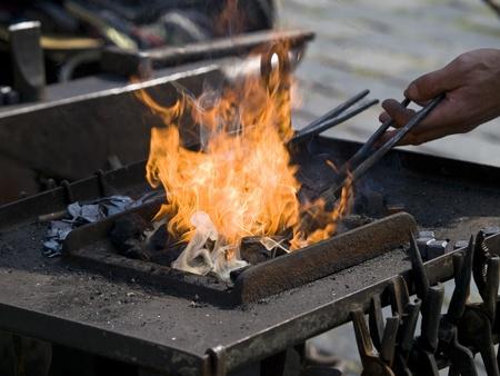 smeden werken met ijzer en vuur Stockfoto