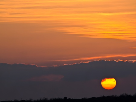 zonsondergang met wolken op rode hemel