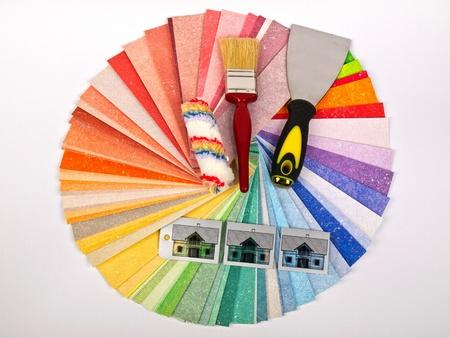 case colorate: campione di colore con il pennello e rullo