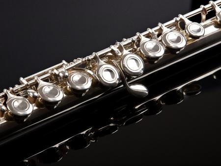 dwarsfluit: fluit geïsoleerd op zwarte achtergrond Stockfoto