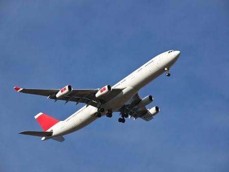 vliegtuig de landing op de luchthaven