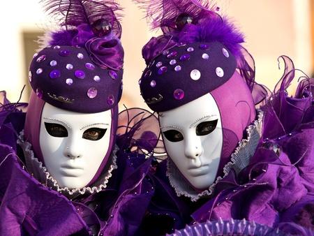 twee paarse maskers op het Venetiaanse carnaval Stockfoto