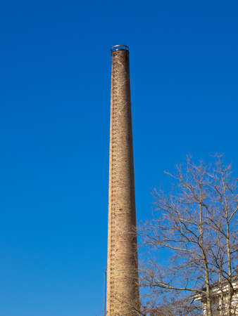 alarming: chimenea de la antigua f�brica de ladrillos rojos