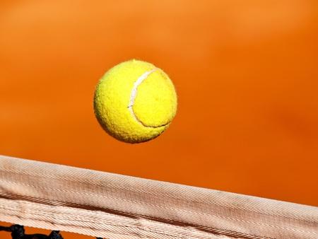 balle de tennis ower le net Banque d'images