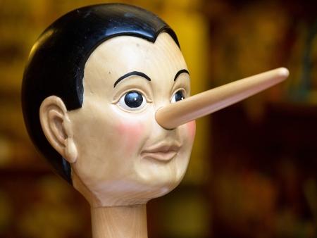 Houten pinocchio pop met zijn lange neus
