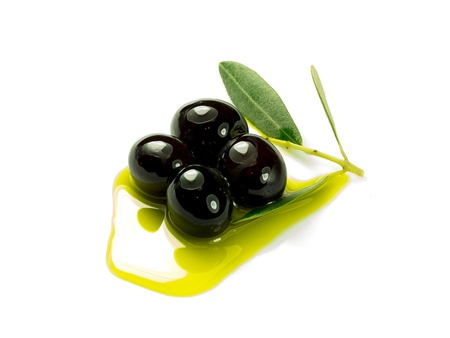 aceite de oliva: Una rama de olivo con tres aceitunas de primera calidad en un poco de aceite de oliva en un fondo blanco.