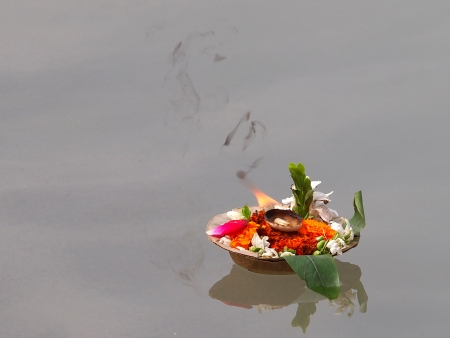 flowers and candles on the ganges river in the india       Standard-Bild