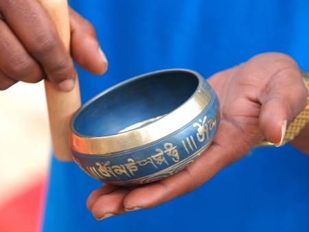 klankschaal in de handen van het gebed Stockfoto