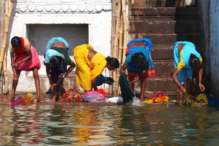 VARANASI - 2 maart: Hindu mensen wassen zichzelf in de rivier de Ganges in de heilige stad Varanasi. De Heilige ritueel van wassen wordt elke dag-Varanasi, India, 2 maart 2013 gehouden