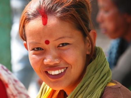 jong meisje uit Nepal met rood horen