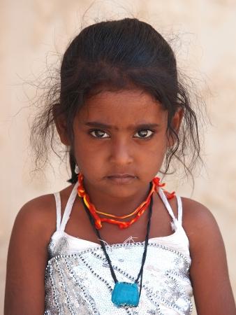 portret van een Aziatisch meisje in witte jurk Stockfoto