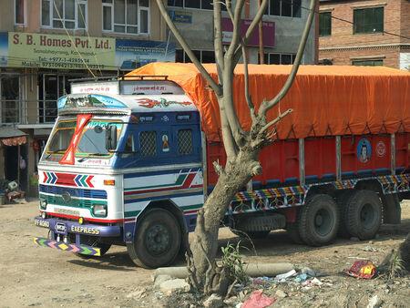 synoniem: KATHMANDU, NEPAL - MART 8 2013: Indische vrachtwagen is synoniem met creativiteit van zijn eigenaar in mart 8 2013 in Kathmandu. Redactioneel