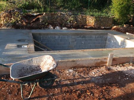 Een zwembad in aanbouw