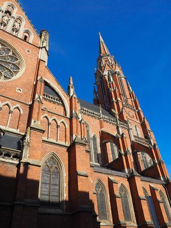 rode bakstenen kerk en blauwe hemel in Osijek Kroatië Stockfoto