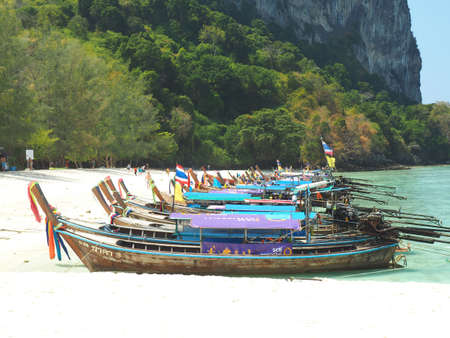 KRABI, THAILAND - FEBRUARY 15, 2015: Traditional Thai wooden longtail boat waits on the shore of Bamboo Island for passengers on a day trip from Phi Phi Island. Redactioneel