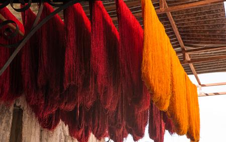 Traditionele handmatige afsterving van wol in Marokko