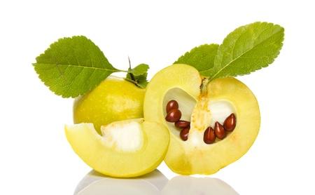 membrillo: acuerdo de membrillo peque�o con semillas y hojas de grean aislados en blanco