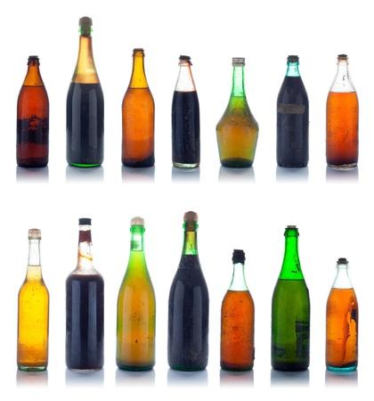 botella de licor: Antiguo botellas de vino multicolor con el polvo y la suciedad naturales Foto de archivo