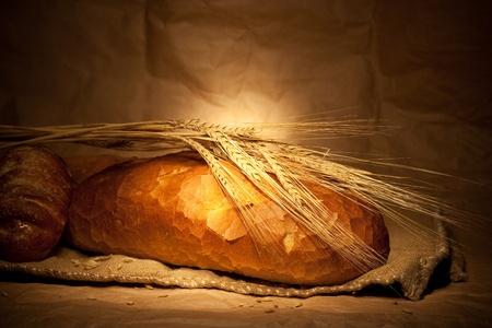 pan frances: el pan y el trigo en el saqueo de naturaleza muerta Foto de archivo