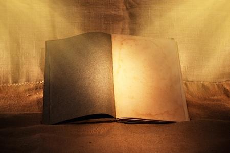 저녁 주위 빛에 오래 된 책 스톡 사진