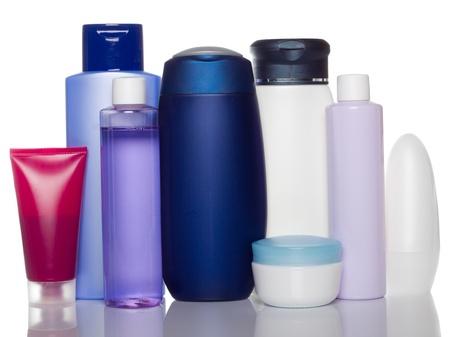 productos de aseo: botellas de productos de salud y belleza