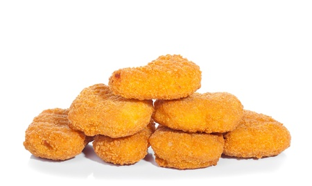 nuggets pollo: Fried nuggets de pollo aislado en blanco